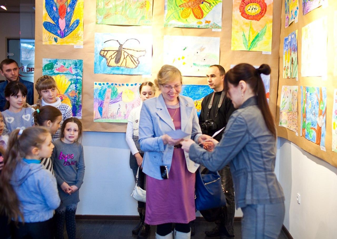 Выставка по итогам конкурсов детских рисунков Нежность и Макромир платены Земля